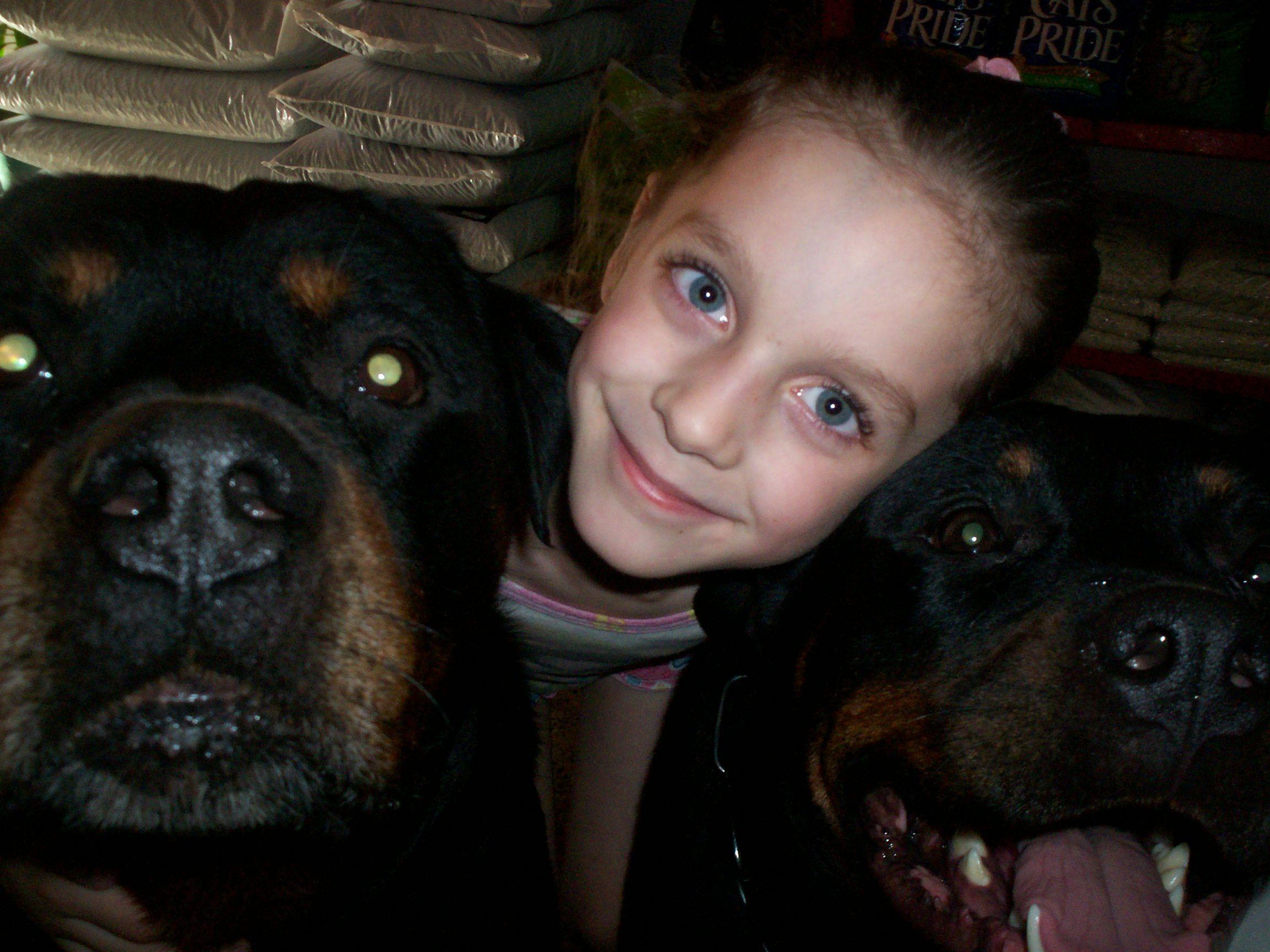 Mi niña junto a Megan y Rover