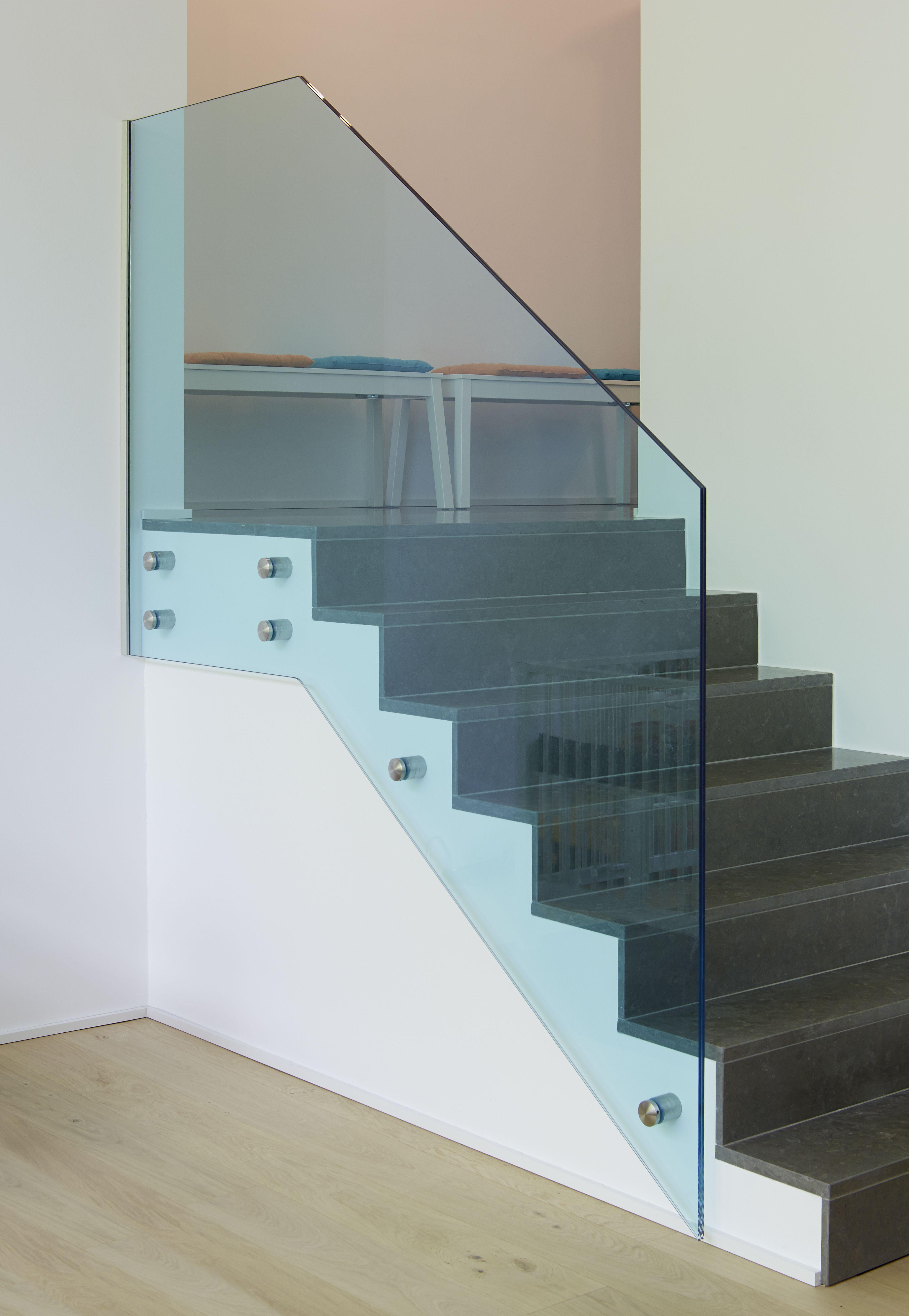Garde-corps en verre feuilleté trempé clair avec film coloré bleu ...