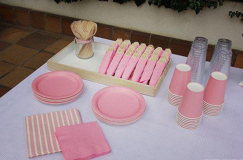 El bautizo de Micaela I: La decoración, banderines, bautizo, decoración, baptism, decoration, pink, rosa, pink lemonade, cubiertos madera, wood cutlery, stripes, glass, dishes, platos, vasos