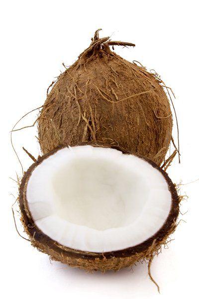 Kokosnussmilch und Wasser - die perfekte Kombination für geschmeidiges Haar! Hier geht's zum DIY-Haarkur-Rezept