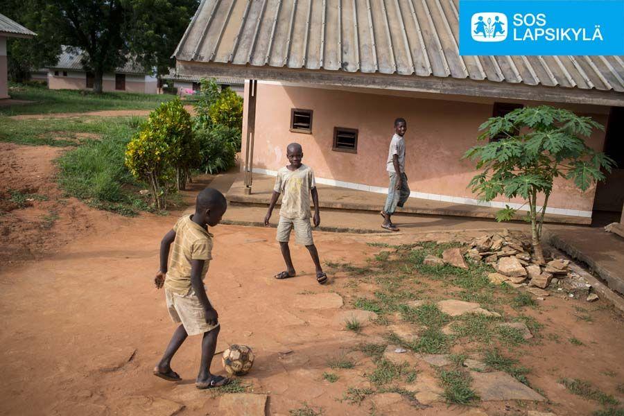 Pallo pyörii Keski-Afrikan tasavallassa sijaitsevassa SOS-Lapsikylässäkin. #jalkapallo #SOS-Lapsikylä #Keski-Afrikan tasavalta