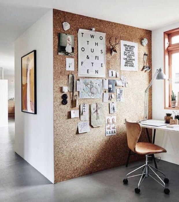 Espace de bureau un mur entirement recouvert de lige pour