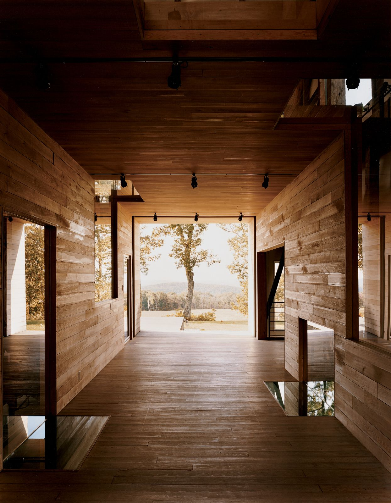 """In a narrow residual area between the breezeway and the house's northern elevation, Cohen created a so-called """"skinny space,"""" with a changing area accessible to the outdoor shower."""