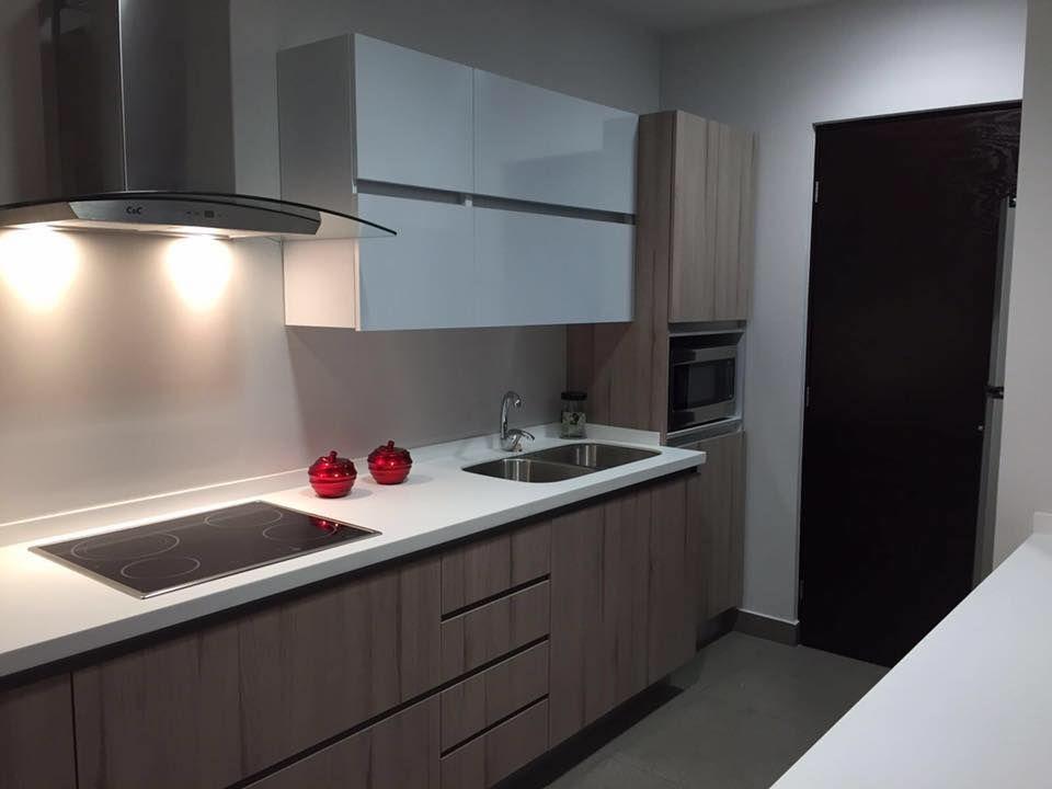 Cocina modernista en acabado nogal y blanco alto brillo for Superficie cocina