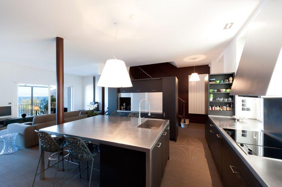 un ilot conçue comme une grande table de séjour pour faire le lien