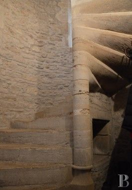 Escalier à vis d'un château du 11e siècle - Vallée du Rhône