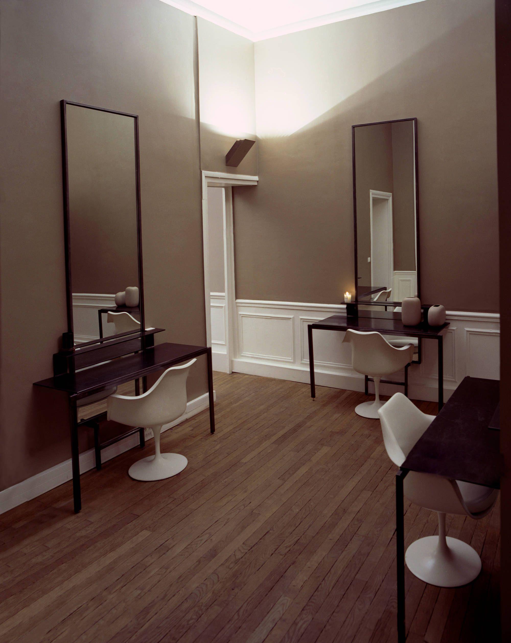 un salon de coiffure en appartement chic et cosy et aux ciseaux une quipe experte autour de. Black Bedroom Furniture Sets. Home Design Ideas