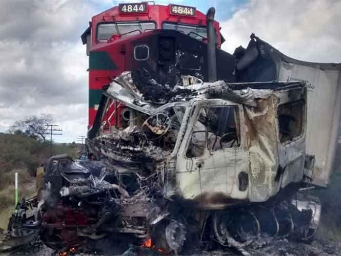 Tren embiste a tráiler en Jalisco; rescatan vivo al conductor | El Puntero