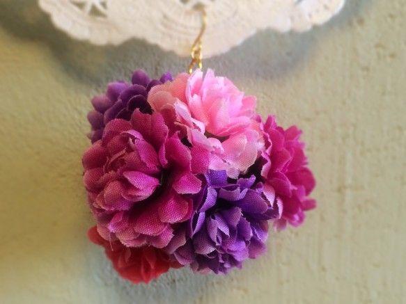 かなり華やかな花まりピアスです。造花を使用、ふわふわ揺れるようにデザインしました。お花はピンク〜バイオレット系。サイズは金具含めた縦5cm、横5cm。+40円...|ハンドメイド、手作り、手仕事品の通販・販売・購入ならCreema。