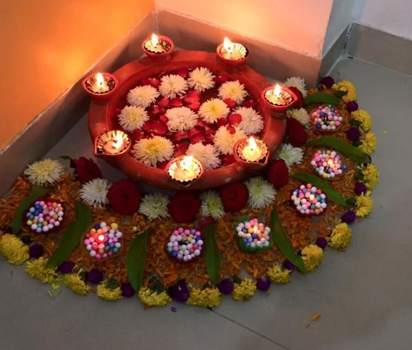 Corner rangoli designs rangoli designs flowers and diwali for Aarti thali decoration with grains