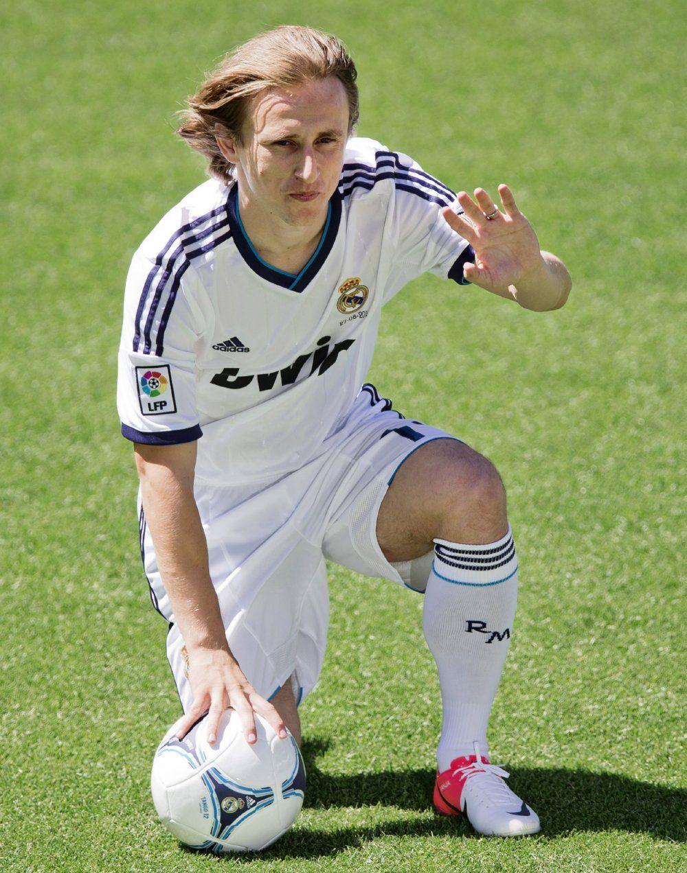 Nampaknya perburuan United bergeser ke gelandang Real Madrid, Luca Modric, wah makin panas nih laga BPL musim depan #NexSoccer