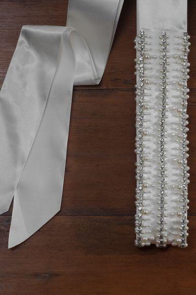 edc73ef34 Cinto bordado à mão feito com fita de cetim. Fechamento com laço de forma  que o tamanho é regulável a partir de uma medida mínima.