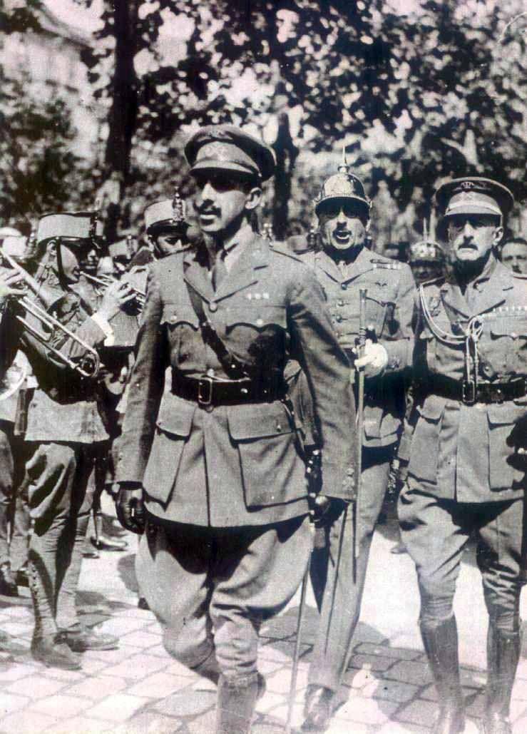 Alfonso XIII pasa revista a las tropas en el Paseo de Gracia, acompañado de los generales Primo de Rivera y Miláns del Bosch. Barcelona, 1924