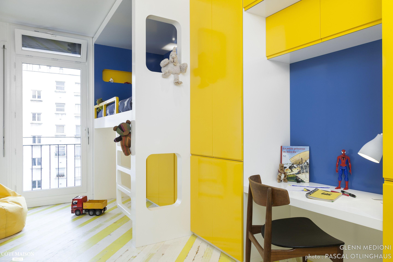 Un seul module pour le bureau et le lit de cette chambre d enfant