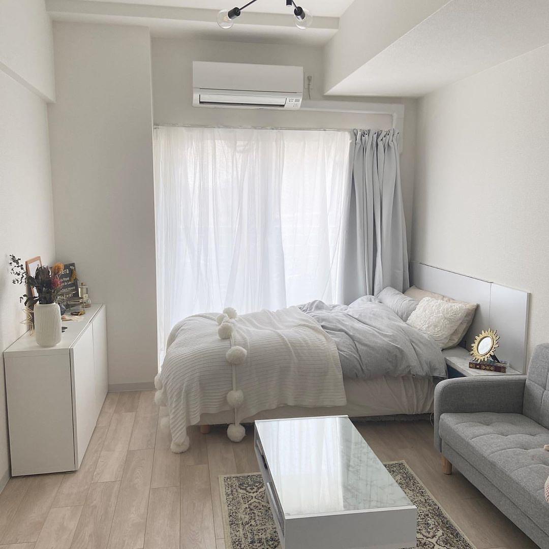 Sucle シュクレ ライフスタイル On Instagram 1k 7畳 ひとり暮らしのお部屋 ホワイトと淡いグレーで統一された素敵なお部屋 窓に向かって同じ向きで家具を揃えることでお部屋が広く見えてます 白色のキャビネット Ike 狭い部屋 インテリア 部屋 ワンルーム