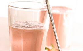 Banan- og jordbærsmoothie En dejlig frisk og sødmefyldt drik, som smager dejligt til morgenmad eller brunch. Du kan også bruge frosne jordbær.