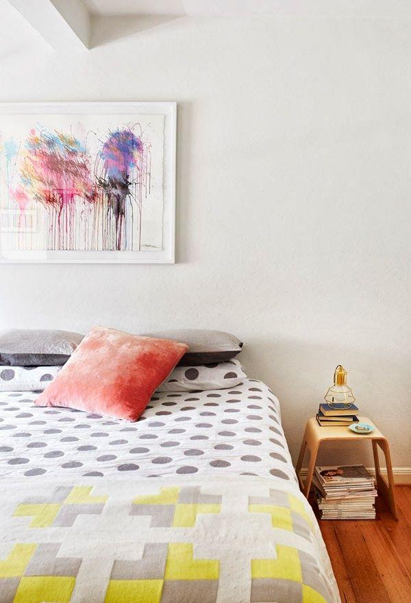 Schlafzimmer Mit Farbe Gestalten Raumdesign Ideen Abstrakte  Kunst Bettüberwurf