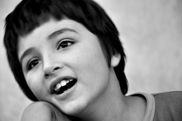 Foto de niño con mirada risueña
