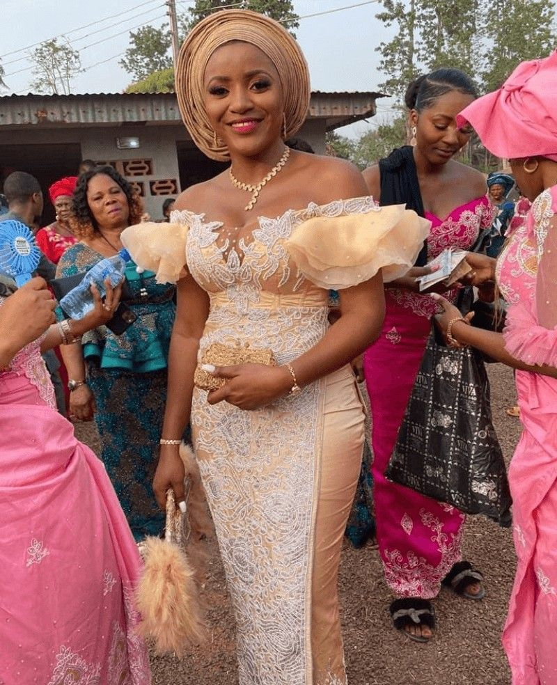 Igbo Bride In Beautiful Lace Off Shoulder Traditional Wedding Attire And Headtie In 2020 Traditional Wedding Attire African Traditional Wedding Dress Lace Gown Styles