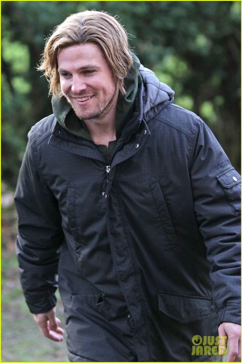 Stephen Amell Long Haired Wig For Arrow Scenes 04 Jpg 817 1222 Rain Jacket Long Hair Styles Stephen Amell