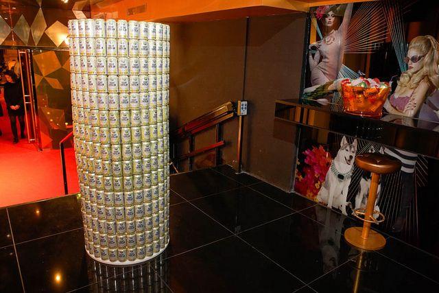 Torre de latas de Vichy Catalán en el Bling Bling de Barcelona