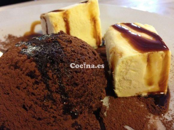 Volcán de chocolate con helado: http://volcan-de-chocolate-con-helado.recetascomidas.com/