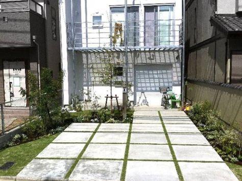芝生スリットの駐車場 エクステリア 玄関アプローチ レンガ 庭