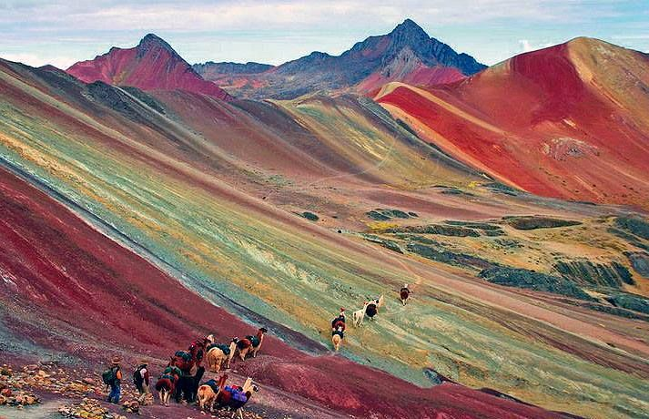 LAS MONTAÑAS DE COLORES MAS BELLAS DEL MUNDO ESTÁN EN EL PERÚ  ************************ Cerro Colorado, nombre propio que la gente local utiliza para ubicar su territorio (Beniqunqa) entre dos provincias del Cusco (Quispicanchis y Canchis) Para quienes deseen las coordenadas, visitar esta dirección: https://goo.gl/maps/tB95YaeXrsF2