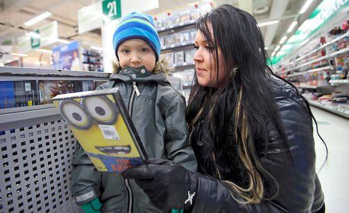 Lapsiperheelle ei myyty lastenelokuvaa --- (Kannattaa sitten välttää Prismassa asiointia, koska heidän myyjänsä ottavat asiakseen kontrolloida koko maailmaa. Voivat vaikka olettaa, että sukkahousuilla saatetaan hirttää joku, joten sillä perusteella voivat kieltäytyä myymästä ollenkaan sukkahousuja. Sama logiikka kuin jutun tapauksessa.. Suomi on sairas natsivaltio..) #Suomi #vitutus #Prisma #Tikkurila