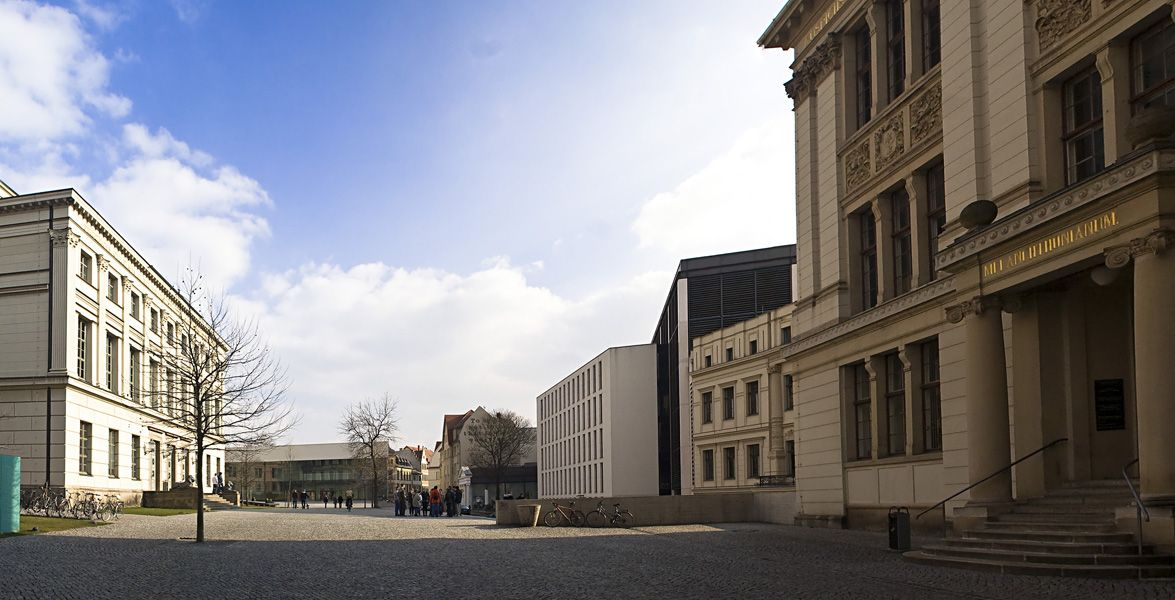 """Martin-Luther-Universität Halle-Wittenberg """"UniplatzHalle"""" von OmiTs - Eigenes Werk. Lizenziert unter CC BY-SA 3.0 über Wikimedia Commons."""
