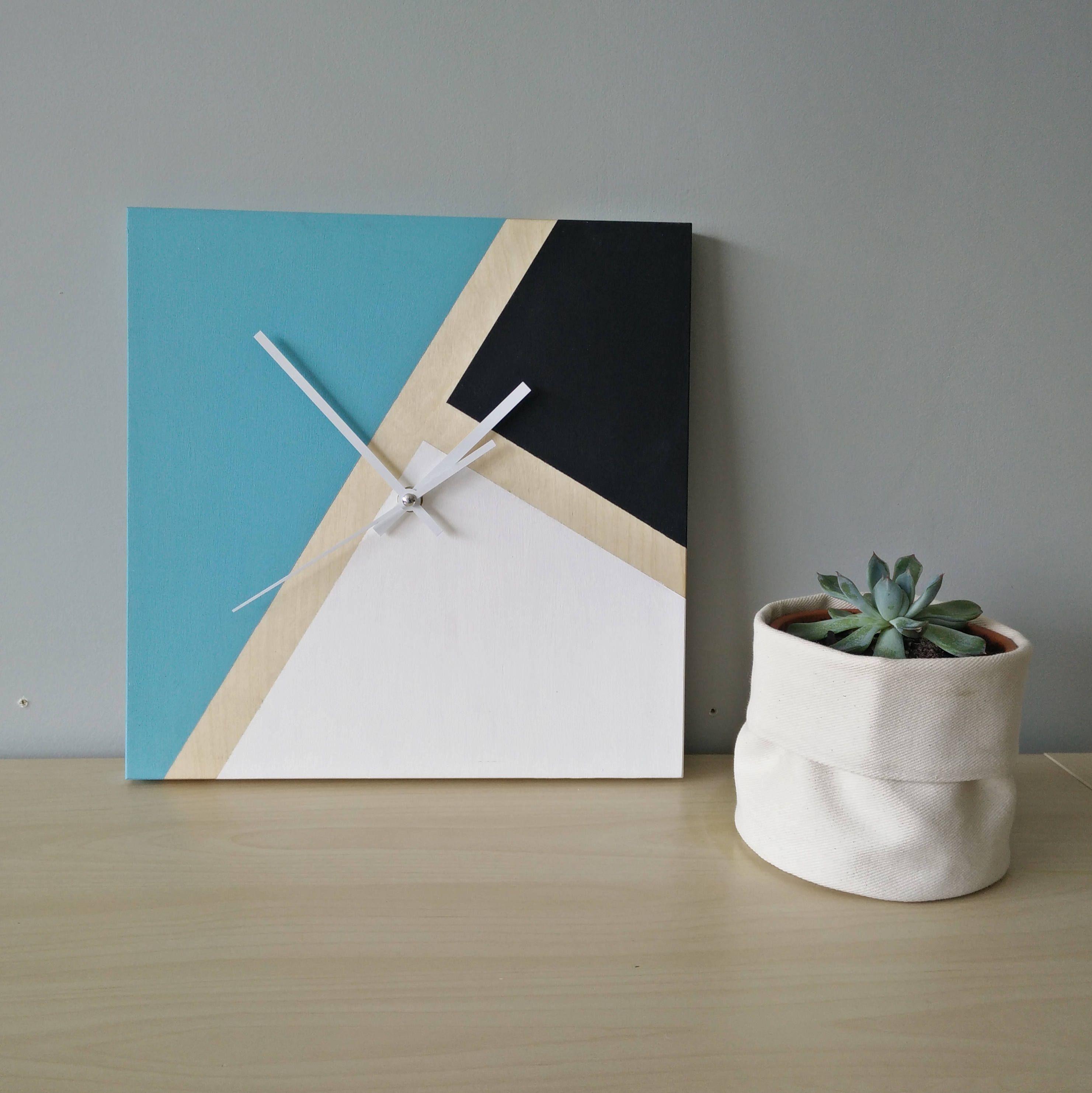horloge murale en bois bleu et noir décor moderne et minimaliste