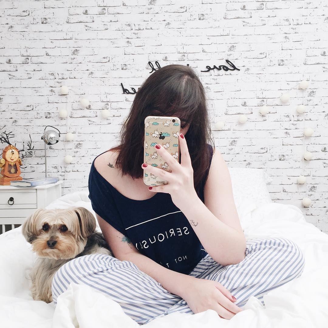 Foto de pijama listrado e azul na frente do espelho ...