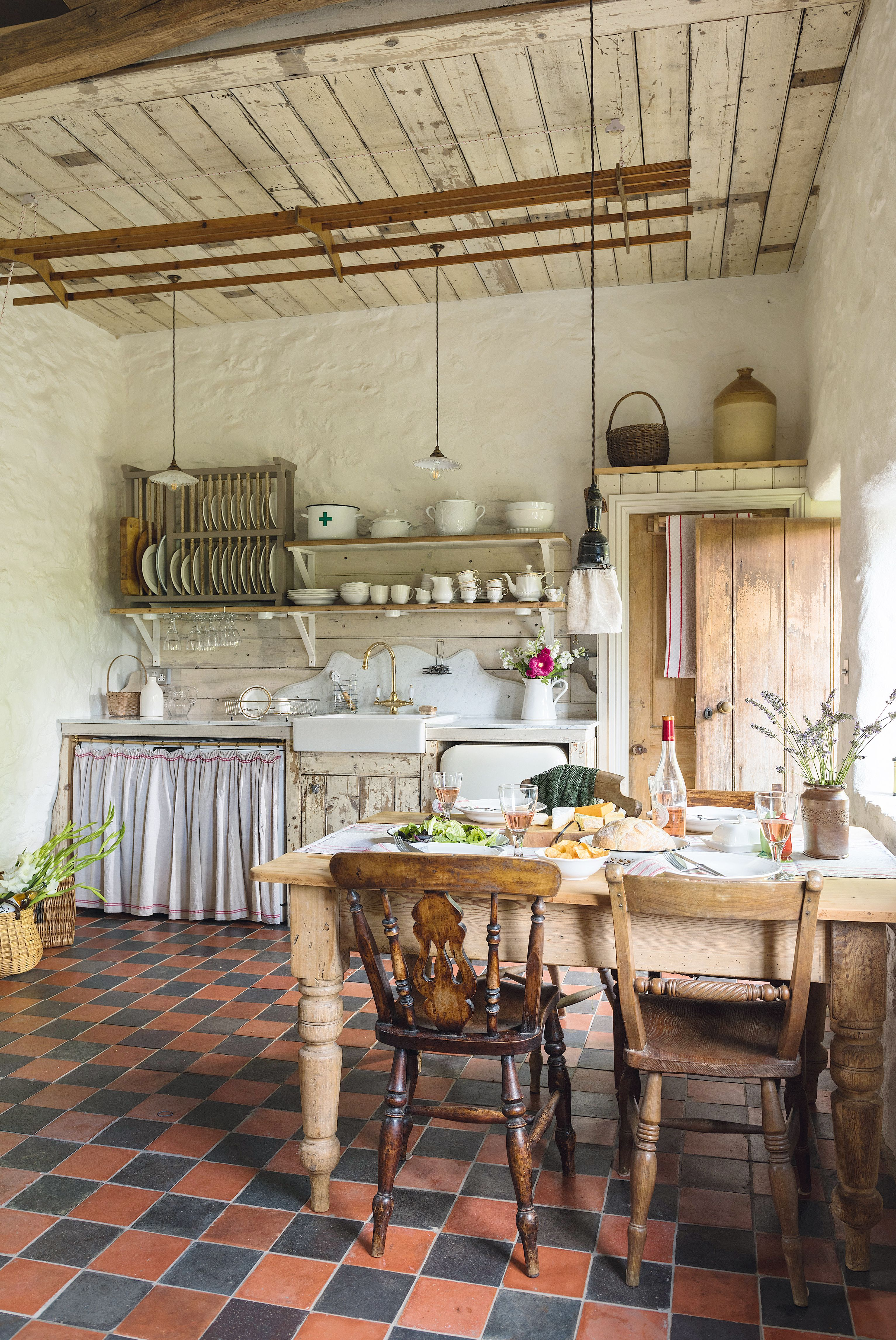 Take a tour around this pretty rustic cottage