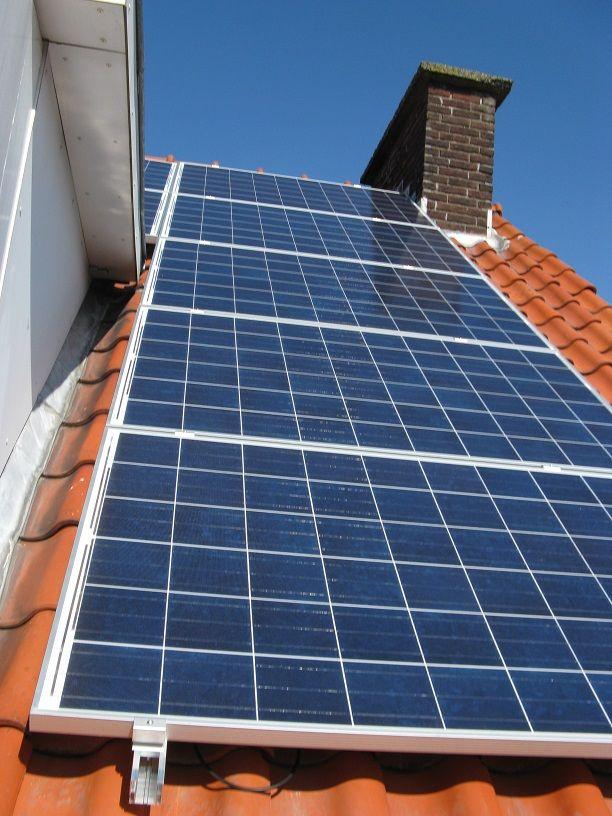 9x Bisol 255wp Bmu Met Micro Omvormers Op Valkboxen Voor Schuin Dak In Den Haag Roof Solar Panel Solar Solar Panels