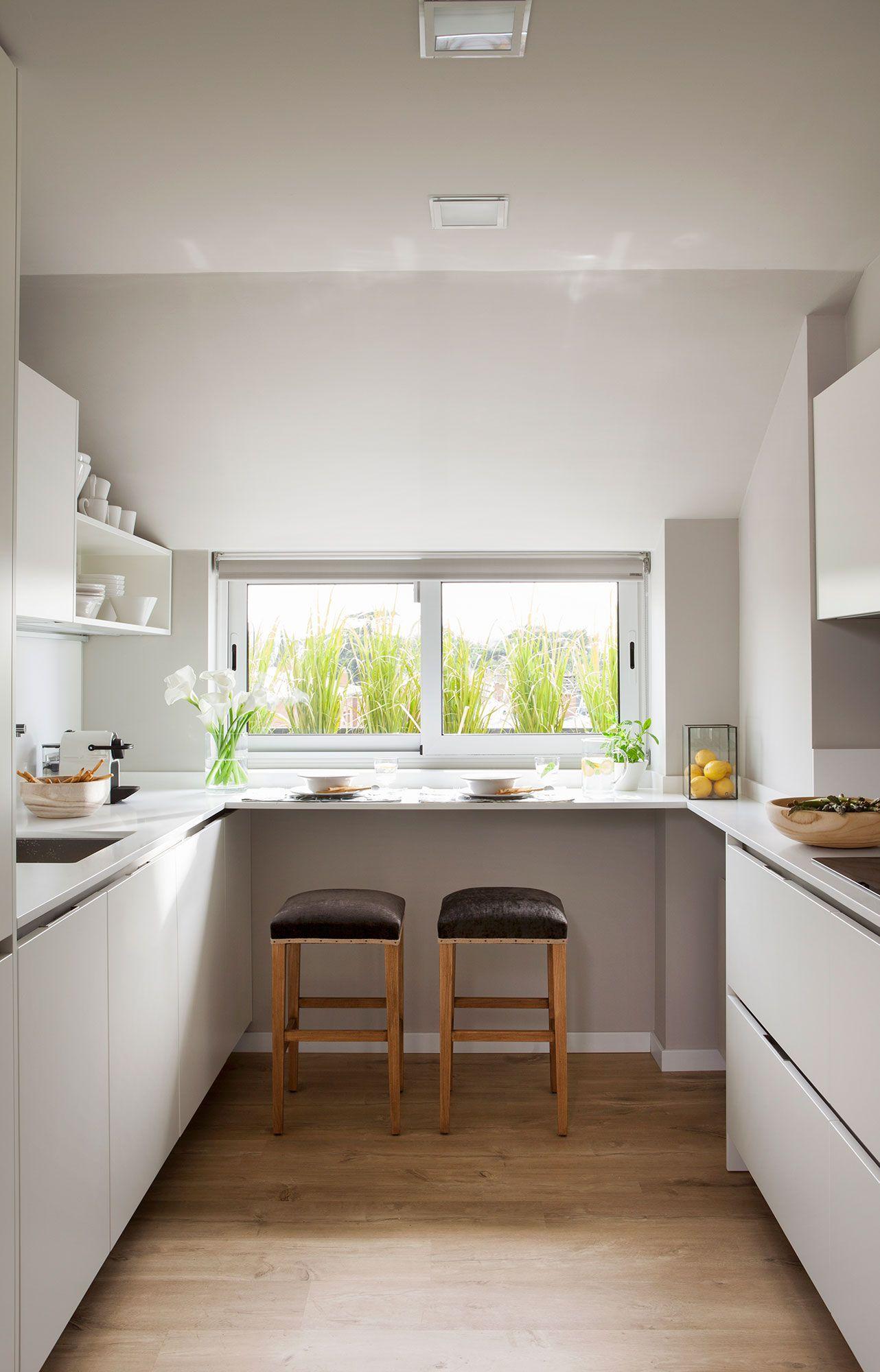 Cocina peque a blanca en u con peque a barra de for Cocinas blancas pequenas
