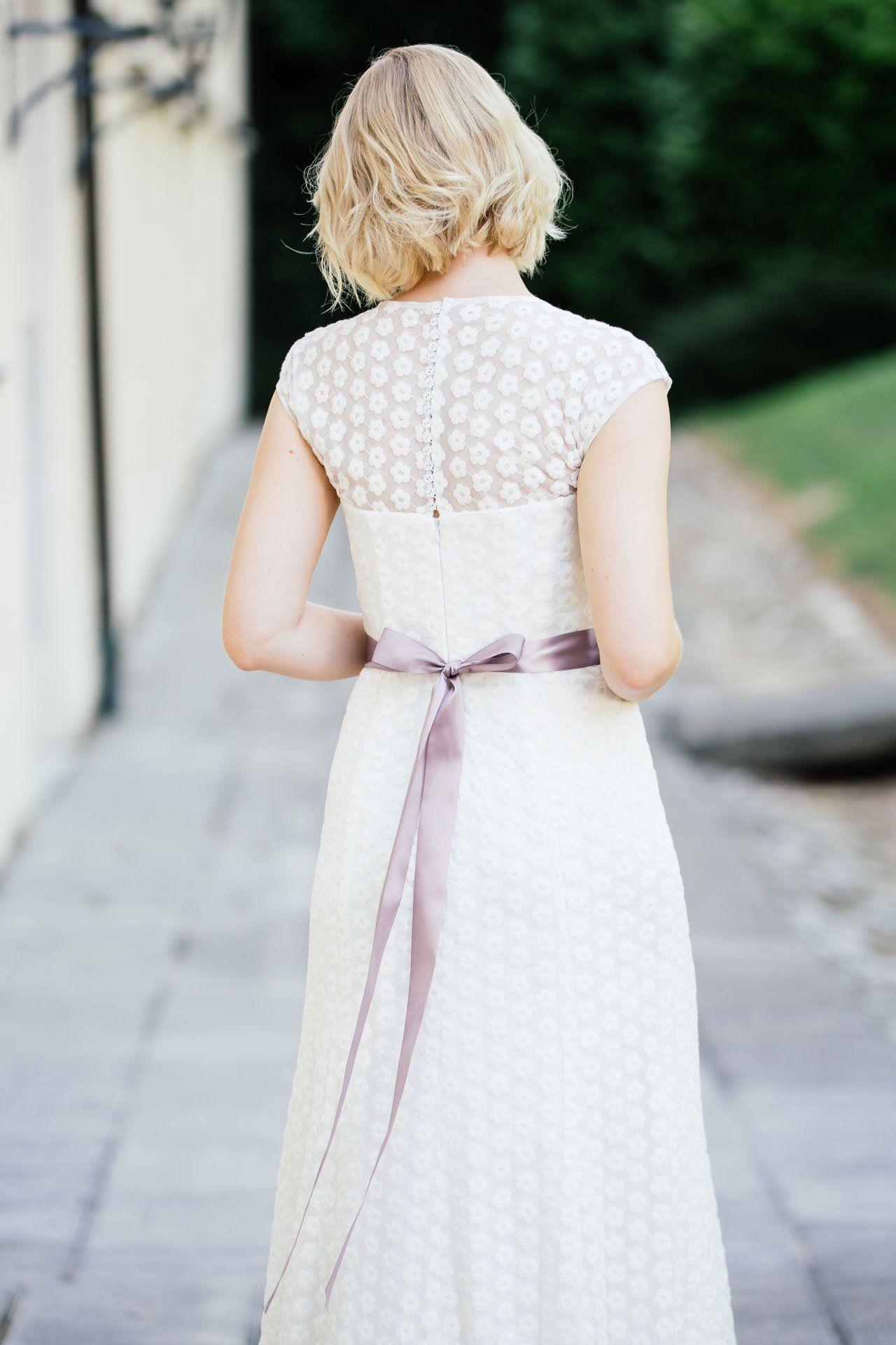 Brautkleid Spitze markant in schmaler A-Form. Auf dem transparenten ...