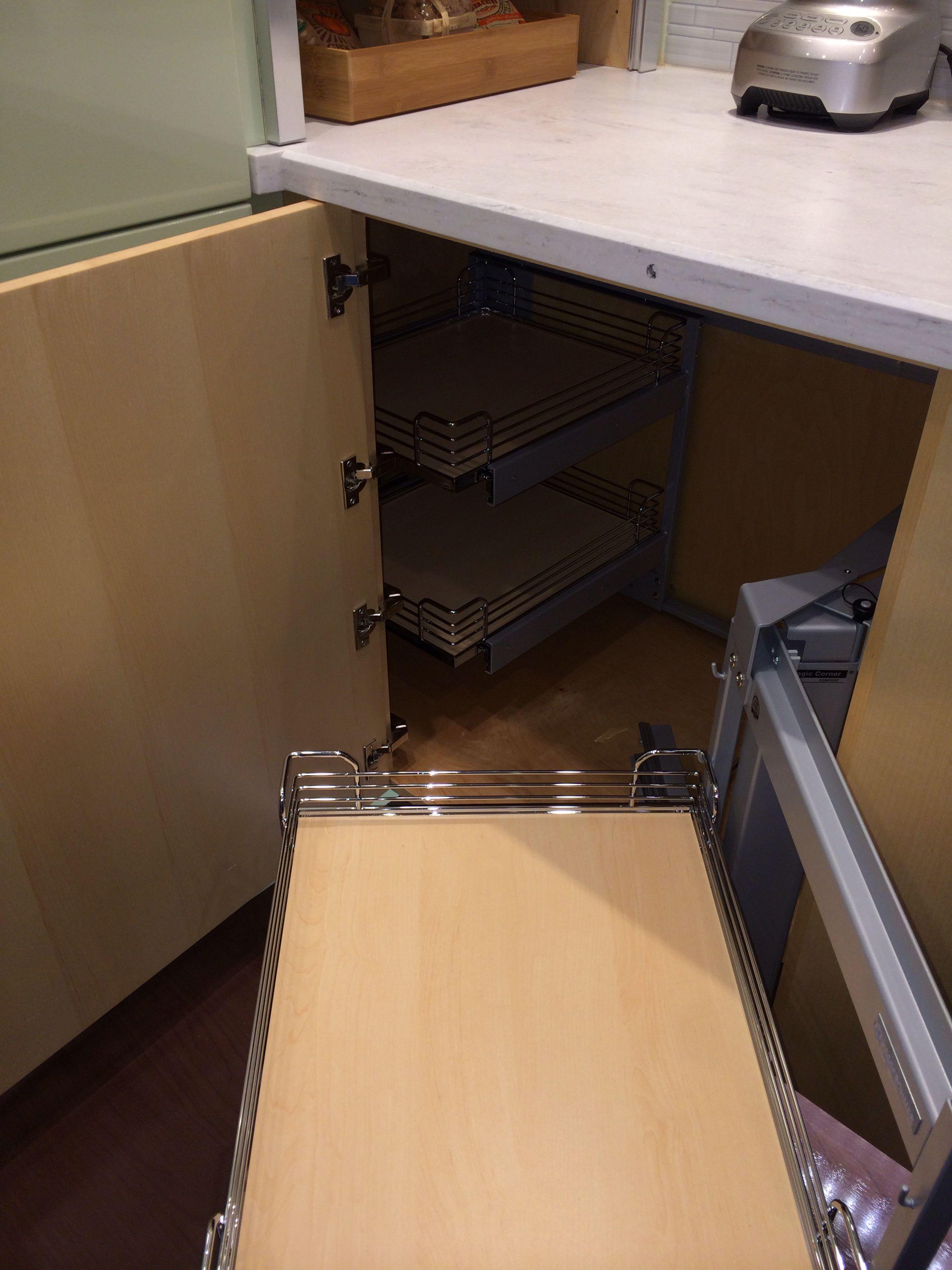 Blind corner cabinet solution