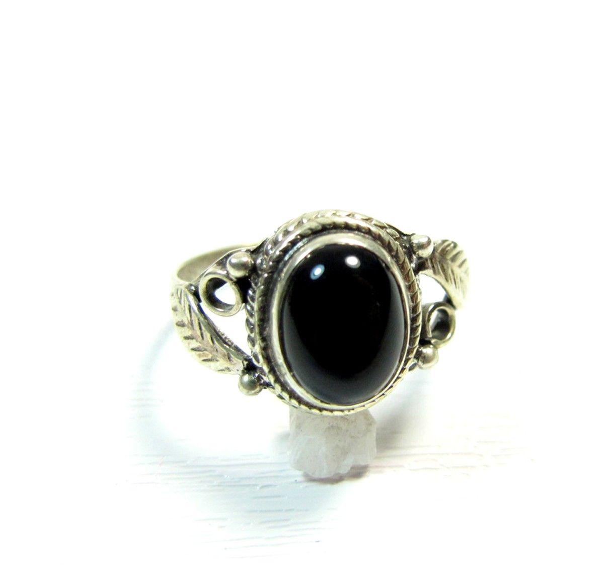 f6d56a008e3 Ce bijou argent indien est une jolie bague fine en argent avec une pierre  ovale en
