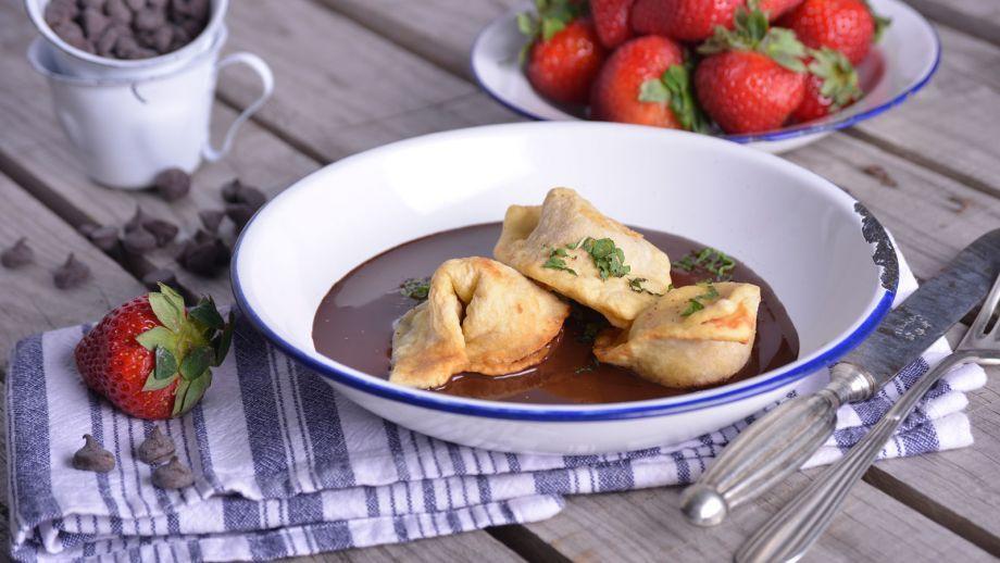 Receta | Tortellini fritos rellenos de fresas y menta sobre crema de chocolate - canalcocina.es