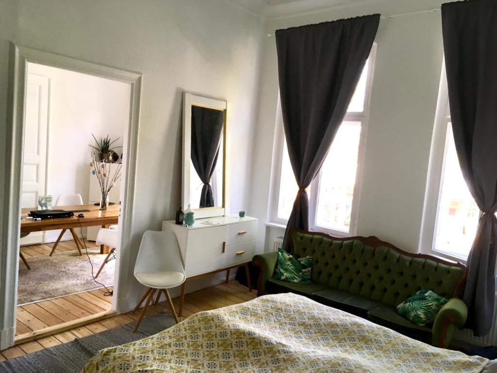 Schickes Schlafzimmer mit tollen Vorhängen, modernem