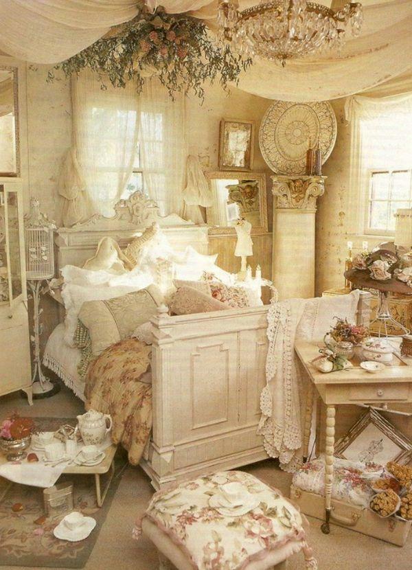Schlafzimmer Dekorationsideen golden bett gemustert hocker kissen ...