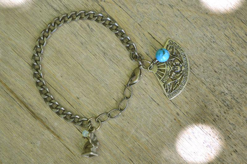 """Bracelet """"Opéra"""" en bronze et sa perle naturelle de turquoise, composé d'un éventail et d'un petit gramophone. #bijoux #bracelet #faitmain #opera"""