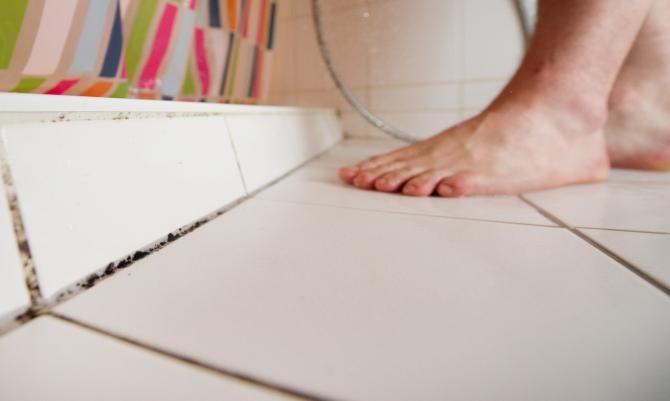 schimmel im bad entfernen so s ubern sie kacheln und silikonfugen von schimmelsporen waschen. Black Bedroom Furniture Sets. Home Design Ideas