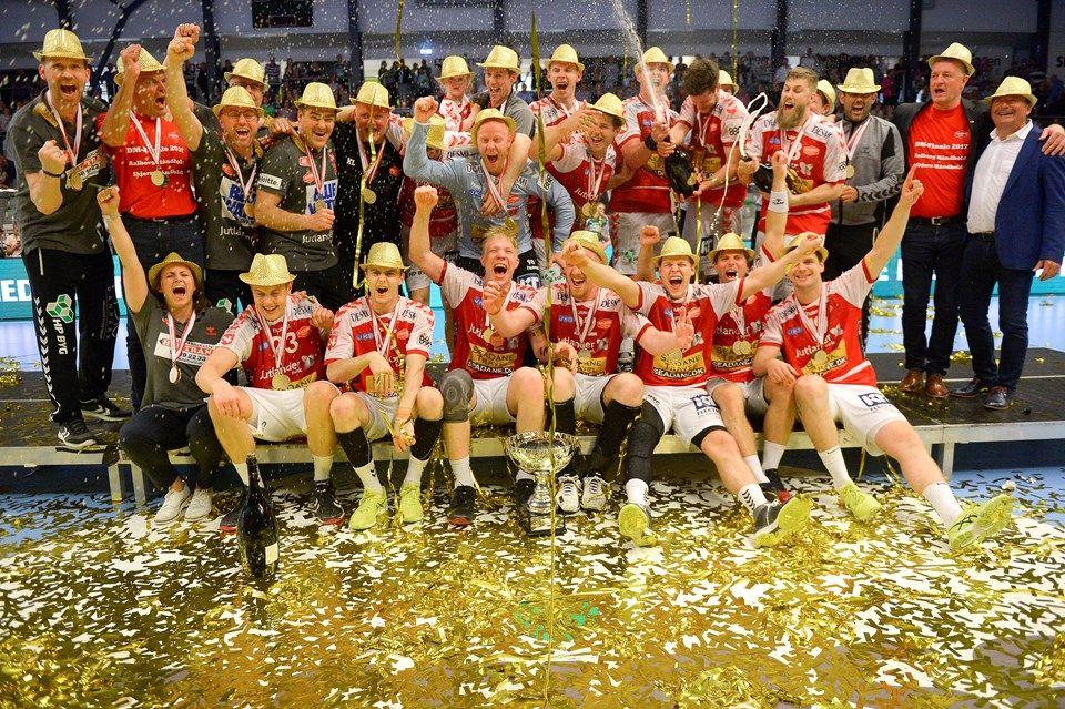 031bf775b54 Mads-Peter Holmgaard var med på podiet, da Aalborg Håndbold fejrede det  danske mesterskab
