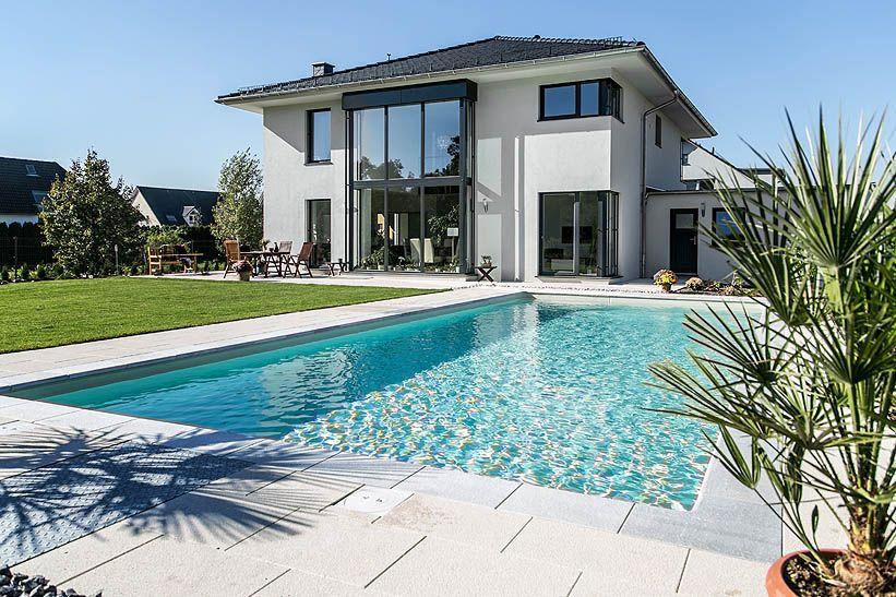 Moderne stadtvilla mit zeltdach tauber architekten und for Haus mit doppelgarage bauen