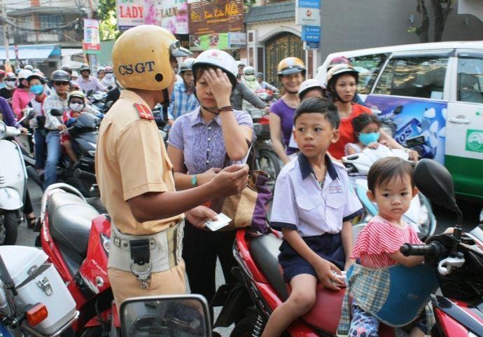 Xử phạt không đội mũ bảo hiểm trẻ em