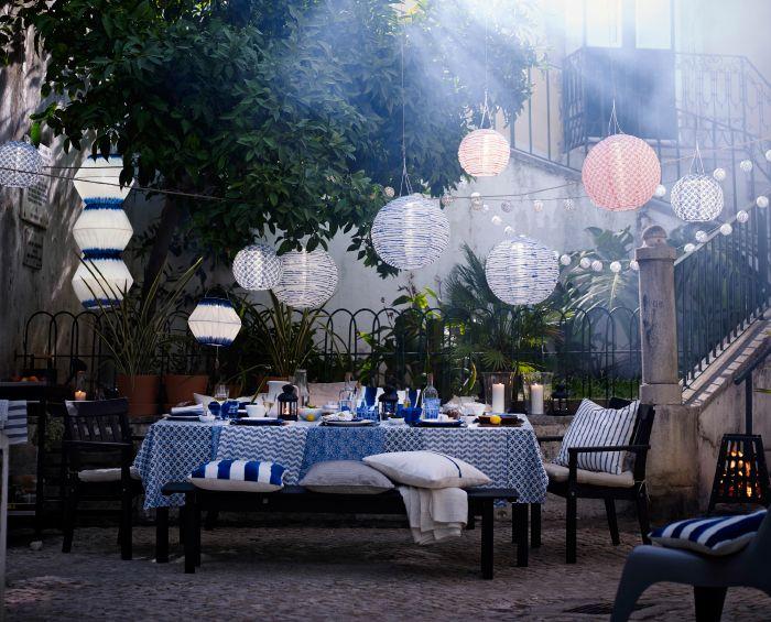 Table dressée en bleu et blanc, à l\'extérieur, avec ...