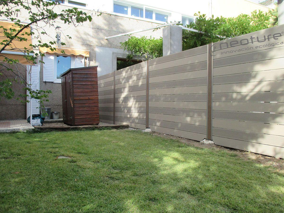 vallado madera exterior sin mantenimiento instalado en zona de csped en jardin mod neoblock color - Cerramientos Jardin