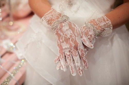 I guanti da sposa completano l'abito donando quel tocco in più, chic, ricercato. Qual è il modello giusto per te? Ti aiutiamo noi! #MatrimonioItaliano #GuantiSposa #Simbolimatrimonio #Sposa #Matrimonio #Wedding #Bride