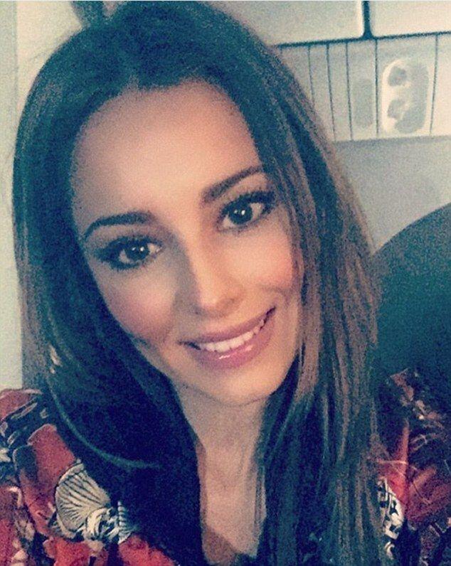 cheryl fernandez versini shares smiley selfie | cheryl fernandez